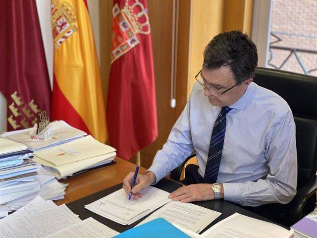 El alcalde de Murcia, José Ballesta, firma el decreto que amplía en 15 días la implantación de las medidas frente al coronavirus que entraron en vigor el 16 de enero