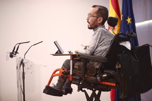 El portavoz parlamentario de Unidas Podemos, Pablo Echenique, interviene en una rueda de prensa convocada en el Congreso de los Diputados, en Madrid, (España), a 4 de febrero de 2021.