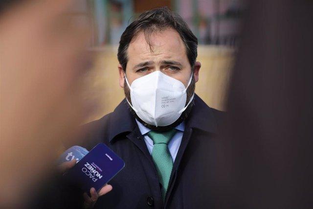 El presidente del PP de Castilla-La Mancha, Paco Núñez, atiende a los medios desde Cuenca