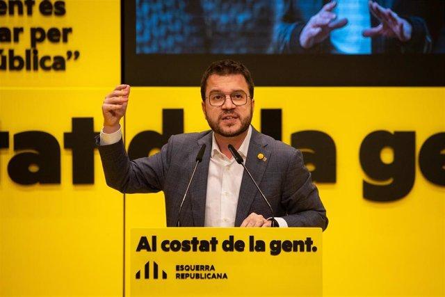 El vicepresidente de la Generalitat en funciones y candidato de ERC a la Presidencia, Pere Aragonès, en un mitin de campaña en Badalona.