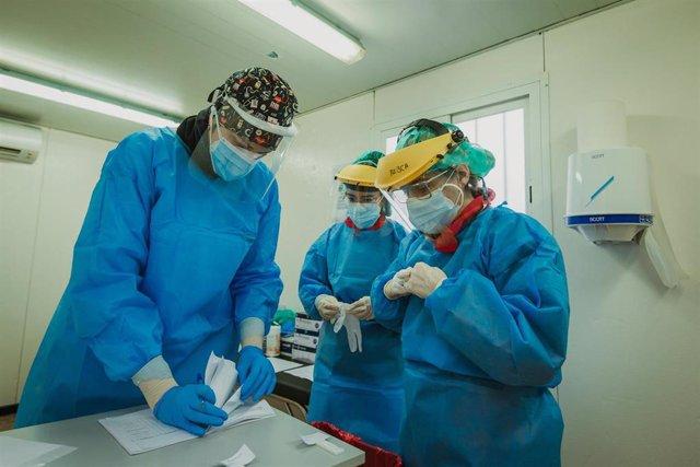 Tres enfermeras finalizan un cribado en el exterior del Centro de salud La Puebla, en Palencia, Castilla y León, a 31 de enero de 2021.