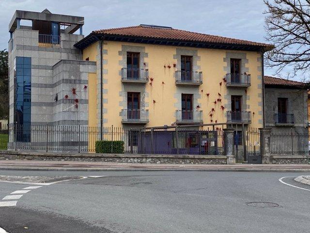 PP de Ayala denuncia el ataque con pintura roja contra los Juzgados de Amurrio (Álava)