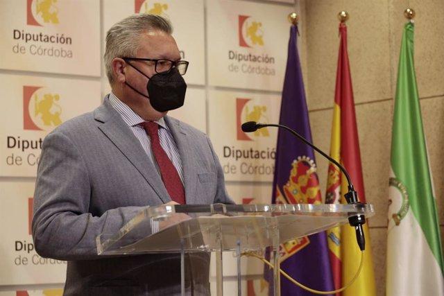El portavoz socialista en la Diputación de Córdoba, Esteban Morales, en una reciente rueda de prensa.