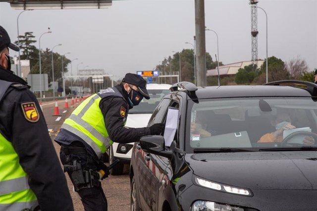 Dos agentes de la Policía Nacional piden la documentación a un vehículo en un control, en la frontera portuguesa de Caya