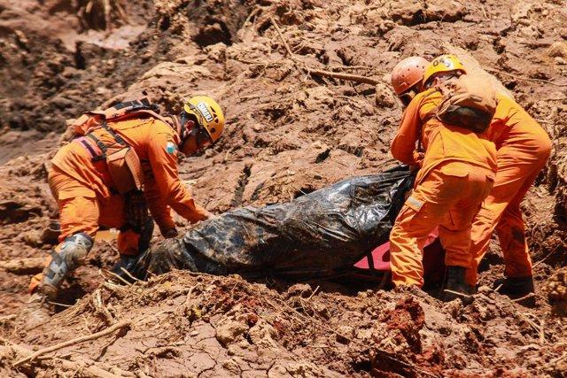 Trabajadores de rescate durante la ruptura de una presa en el municipio brasileño de Brumadinho