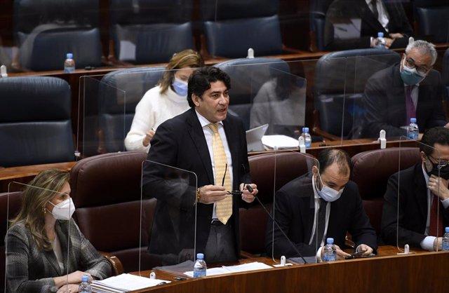 El consejero madrileño de Vivienda y Administración Local, David Pérez (2i), junto a la consejera de Medio Ambiente, Ordenación del Territorio y Sostenibilidad, Paloma Martín (1i), interviene durante una sesión plenaria en la Asamblea de Madrid (España),