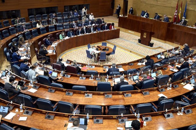 La presidenta de la Comunidad, Isabel Díaz Ayuso, interviene durante una sesión de control al Gobierno en la Asamblea de Madrid (España), a 12 de noviembre de 2020. El Gobierno regional informará este jueves en el Pleno de la Asamblea de Madrid sobre la X