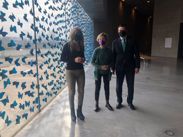 La artista Soledad Sevilla con la consejera de Cultura y Patrimonio Histórico de la Junta de Andalucía, Patricia del Pozo, y el alcalde de Córdoba, José María Bellido, ante su obra 'El tiempo vuela' en el C3A.