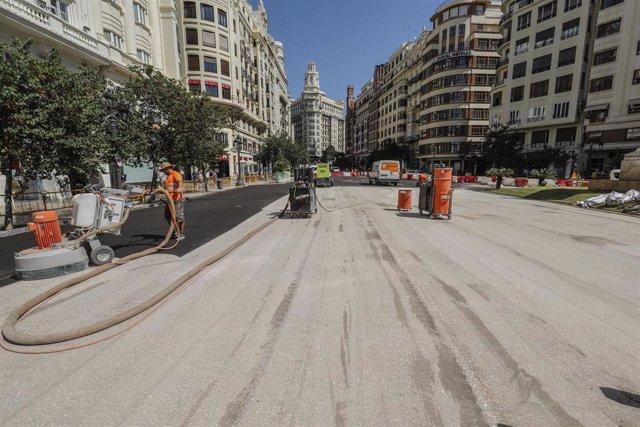 Obreros trabajan en las obras de la plaza del Ayuntamiento de Valencia