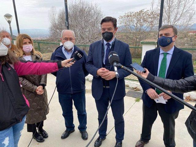 El alcalde de Granada, Luis Salvador, atiende a los medios durnante una visita al barrio del Fargue