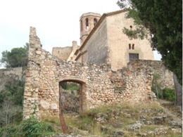 Vista del castillo de Gelida desde el acceso del cementerio./ Generalitat de Catalunya