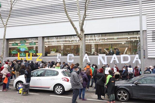 Vecinos de los sectores V y VI de la Cañada Real Galiana se manifiestan frente a la Asamblea de Madrid .
