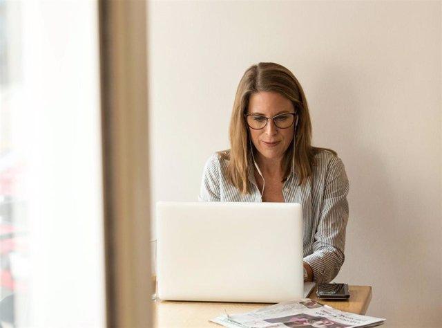 Una trabajadora con un ordenador portátil