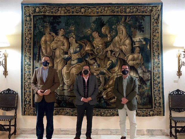 El alcalde de Lebrija, Pepe Barroso; el delegado de Cultura, Patrimonio y Turismo, Pepe Martínez, y el presidente de la Fundación Cajasol, Antonio Pulido