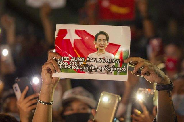 Protesta en Bangkok contra el golpe militar en Birmania