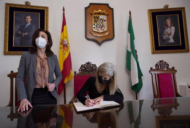 Patricia del Pozo firma en el Libro de Honor del Ayuntamiento de Priego de Córdoba en presencia de María Luisa Ceballos.