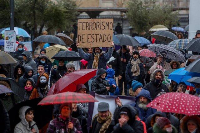 """Manifestantes participan en la concentración convocada por el centro de la capital contra las medidas impuestas y la crisis sanitaria de la COVID-19, en Madrid, (España), a 23 de enero de 2021. Asociaciones que cuestionan la """"pandemia"""" de la COVID-19 tran"""