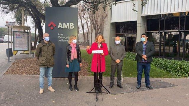 Declaraciones de la candidata del PDeCAT a las elecciones catalanas, Àngels Chacón (en el centro), frente a la sede del AMB.