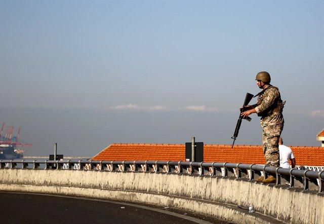 Un soldado en Líbano tras la reapertura de una carretera bloqueada durante las protestas contra la crisis económica