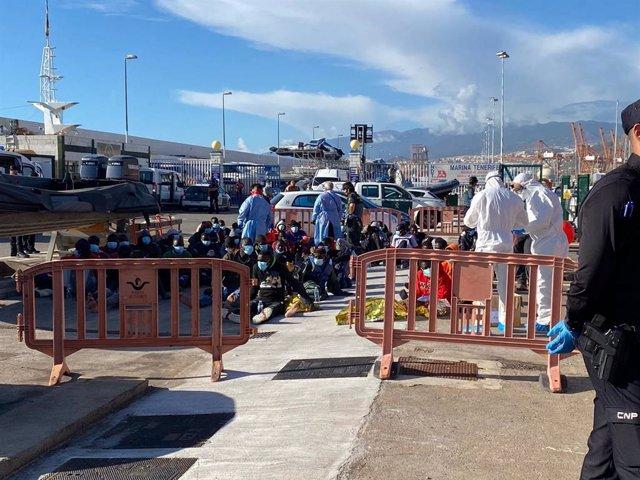 Migrantes atendidos en el puerto de Santa Cruz de Tenerife