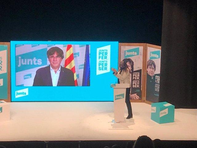 El expresidente de la Generalitat Carles Puigdemont con la candidata de Junts a la presidencia de la Generalitat, Laura Borràs