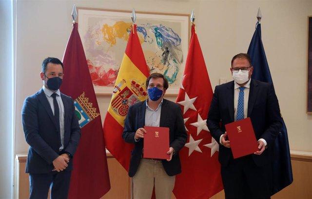 Los alcaldes de Madrid, José Luis Martínez Almeida, y de Mérida, Antonio Rodríguez Osuna, firman un convenio entre el Grupo de Ciudades Patrimonio de la Humanidad de España y el consistorio de la capital madrileña para una campaña de promoción turística