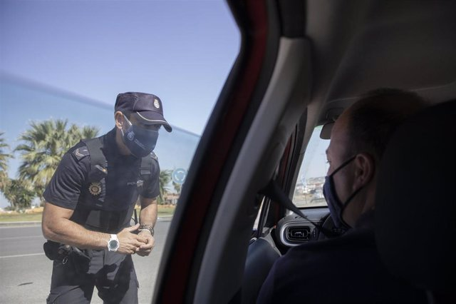 Un policía nacional en un control a la entrada de un pueblo sevillano.
