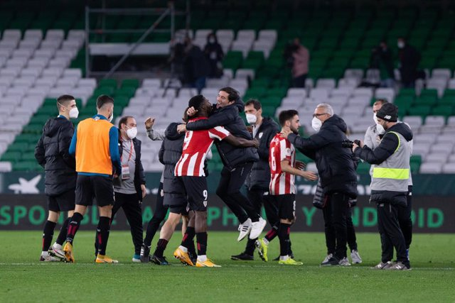 Inaki Williams of Athletic Club and Marcelino Garcia Toral, head coach of Bilbao, during the Copa del Rey Quarter-Final match between Real Betis and Athletic Club at Benito Villamarin Stadium on February 04, 2021 in Sevilla, Spain.