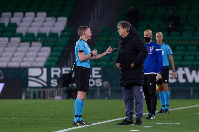 Manuel Pellegrini, coach of Real Betis, and Hernandez Hernandez, referee, during the Copa del Rey Quarter-Final match between Real Betis and Athletic Club at Benito Villamarin Stadium on February 04, 2021 in Sevilla, Spain.