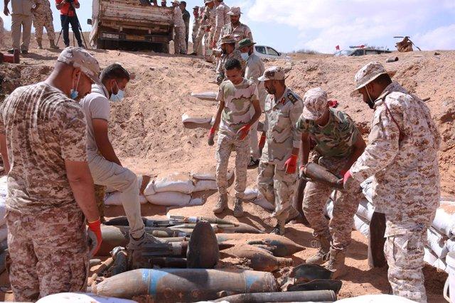 Militares del Gobierno de Libia retiran munición