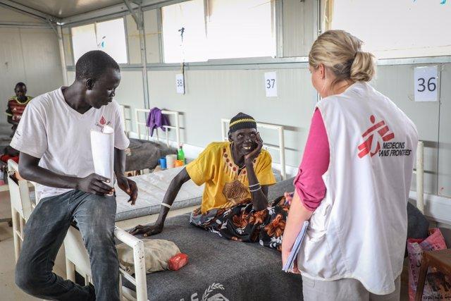 Nyandeng, víctima de mordedura de serpiente, en el hospital de MSF en Agok (Sudán del Sur)