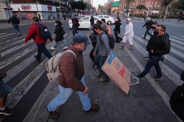 Ciudadanos caminan por las calles de Ciudad de México.