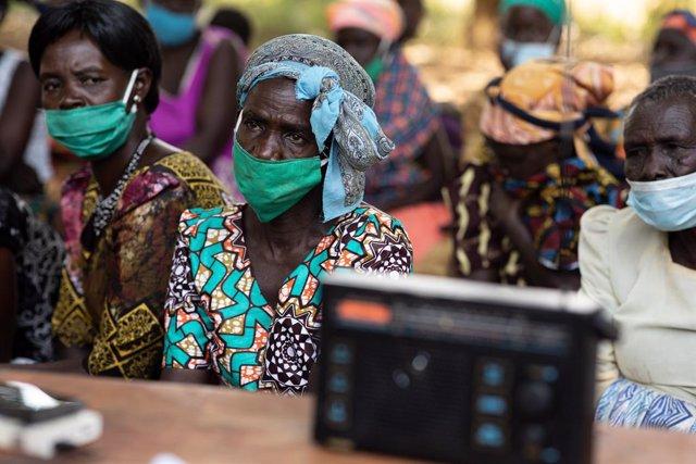 Residentes en Gulu, Uganda, escuchan por radio el juicio a Ongwen.