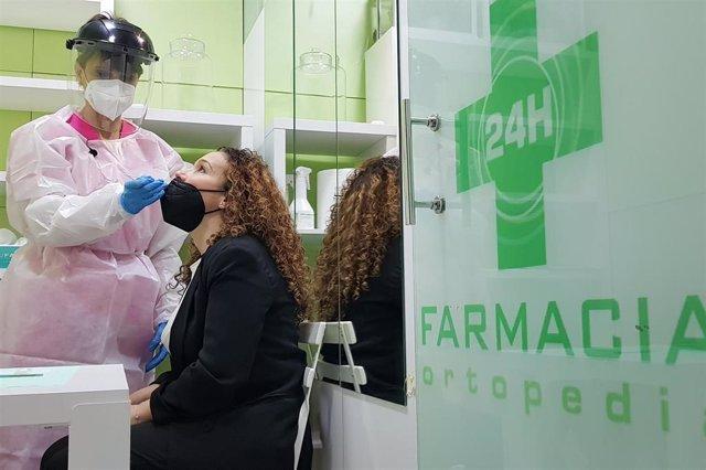 Farmacia que participa en la realización de test de antígenos