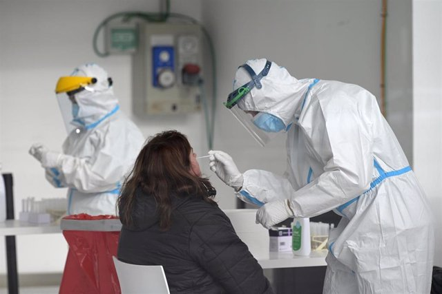 Una mujer se somete a un test de antígenos en un dispositivo de cribado masivo en A Coruña, Galicia (España), a 30 de enero de 2021.