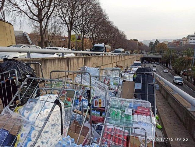 Càrrega del camió bolcat a la sortida 2 de la ronda de Dalt de Barcelona