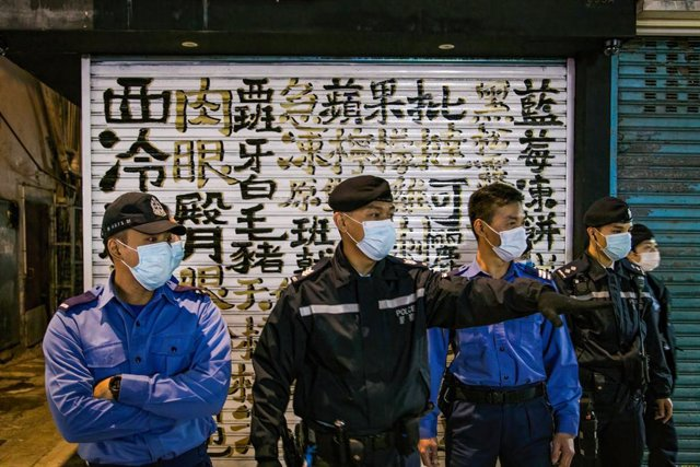 Personas con mascarillas en Hong Kong durante la pandemia de coronavirus