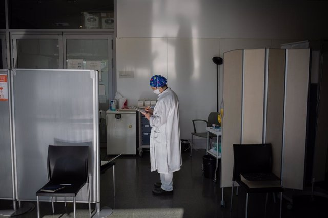 Una infermera a l'Hospital de la Santa Creu i Sant Pau de Barcelona (Arxiu)