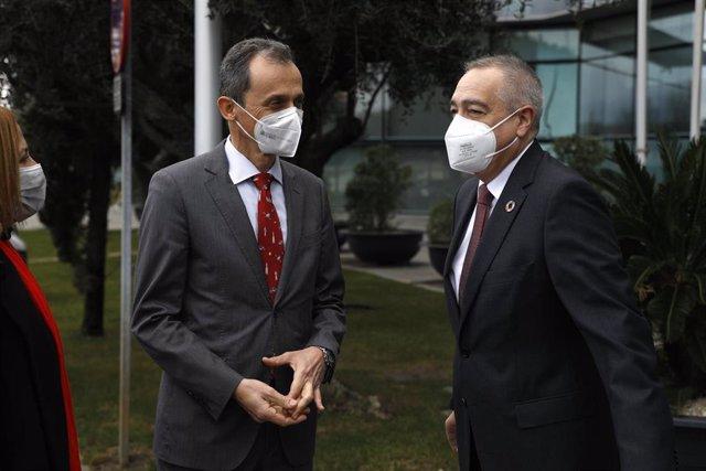 El ministro de Ciencia, Pedro Duque, junto con el presidente del Comité Ejecutivo del Consorcio de la Zona Franca de Barcelona, Pere Navarro, durante su visita.