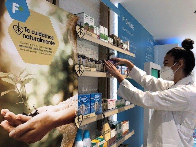 Una farmacéutica junto a productos naturales en el marco de la campaña 'Te cuidamos naturalmente'