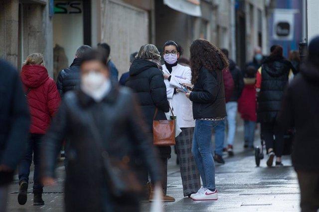Gente paseando y conversando en la Rua San Pedro en Lugo, tras el levantamiento del cierre perimetral de la ciudad, en Lugo, Galicia (España), a 30 de diciembre de 2020.  Lugo y Ourense serán las dos únicas urbes gallegas sin cierre perimetral en Fin de A