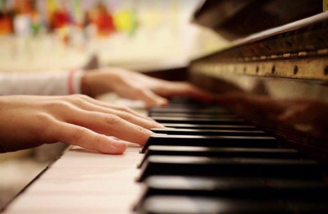 Intérprete de piano al teclado
