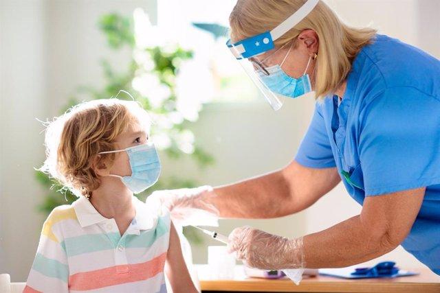 Vacuna de COVID-19 a un niño.