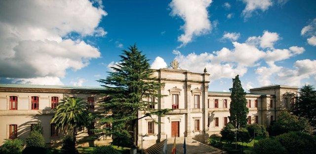Fachada principal del Pazo do Hórreo, sede del Parlamento de Galicia.