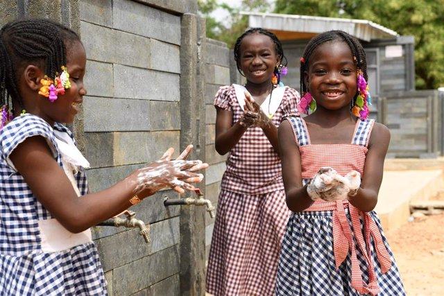 Imagen de archivo de niñas de Costa de Marfil