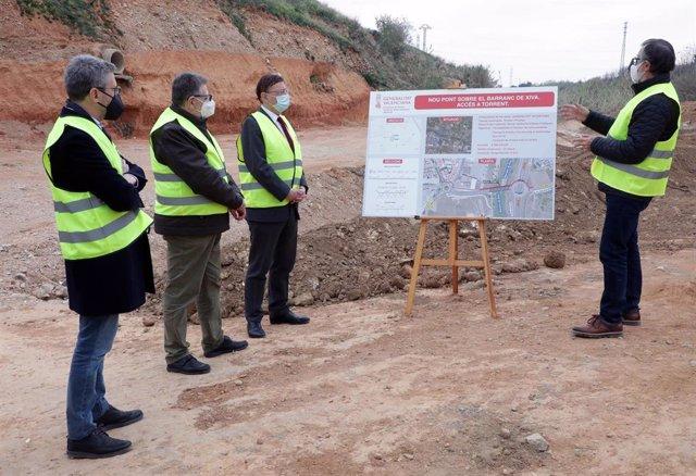 El presidente de la Generalitat, Ximo Puig, visita las obras del nuevo puente de Torrent junto al conseller de Política Territorial, Arcadi España, y el alcalde de la localidad, Jesús Ros