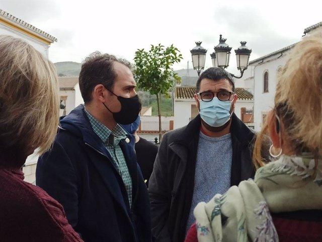 Toni Valero, coordinador general de IU Andalucía, y el alcalde de Valle de Abdalajís, José Romero, en rueda de prensa