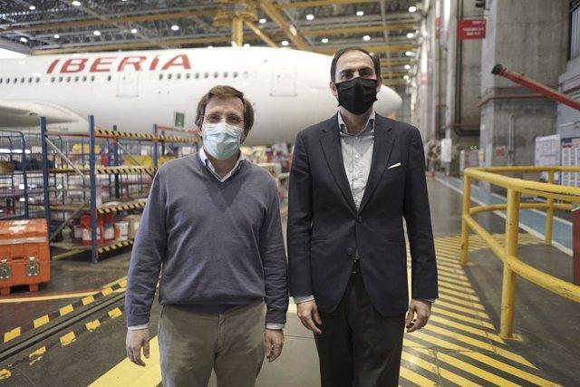 El alcalde Madrid, José Luis Martínez-Almeida, y el presidente de Iberia, Javier Sánchez-Prieto.