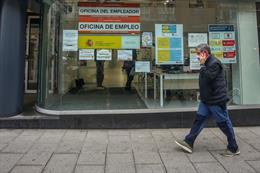 Una persona pasa por delante de una Oficina de Empleo ubicada en la capital.