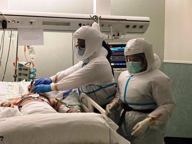 Profesionales de la Unidad de Cuidados Intensivos (UCI) del Hospital Santa Lucía están ensayando estos equipos que permiten optimizar los tiempos e incrementar la calidad del trabajo